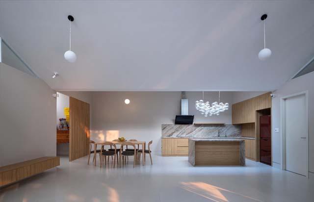 Không gian sinh hoạt của ngôi nhà cũng được bố trí khá đơn giản, trong đó phòng khách rộng rãi, là nơi kết nối các thành viên trong gia đình với nhau.
