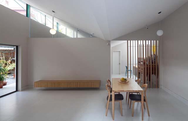 Phần mái hình cánh bướm giúp cho ngôi nhà có sự pha trộn giữa truyền thống và hiện đại.