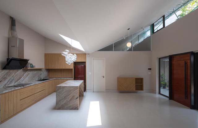 Cạnh phòng khách là nhà bếp, ở đây có một giếng trời, cung cấp ánh sáng cho gian phòng vào ban ngày nhằm tiết kiệm điện năng.