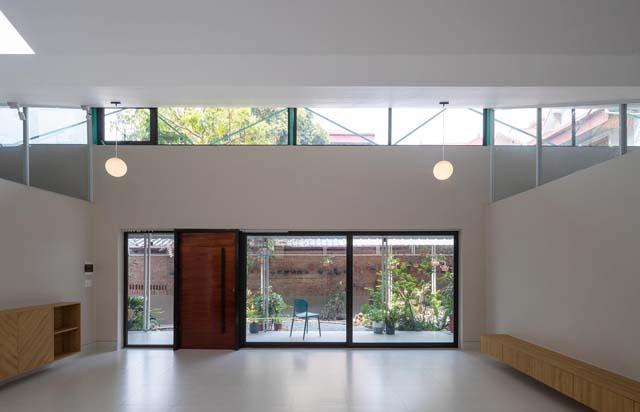Các kiến trúc sư sử dụng kính trong để làm cửa chính và lắp trên các ô thoáng để ánh sáng tràn được vào mọi ngóc ngách trong nhà.