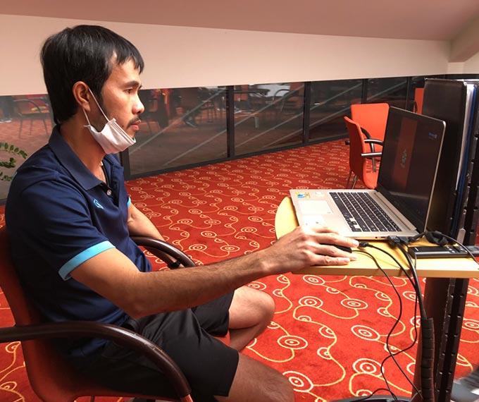 HLV Phạm Minh Giang nghiên cứu băng hình các trận đấu gần đây của ĐT futsal Brazil