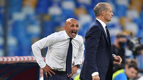 HLV Allegri (áo vest) đã căng thẳng đến mức quên nghi thức bắt tay người đồng nghiệp Spalletti sau trận