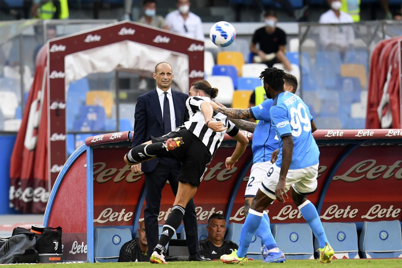 Juventus (áo sọc) của HLV Allegri đã bị Napoli áp đảo trong hầu hết 90 phút