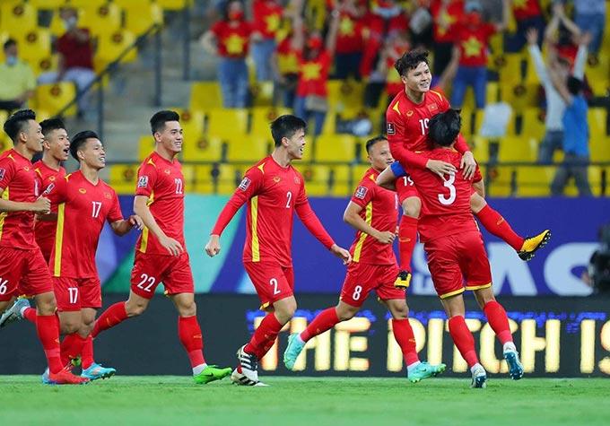 ĐT Việt Nam vươn lên xếp trên ĐT Trung Quốc nhờ bàn thắng của Quang Hải - Ảnh: AFC
