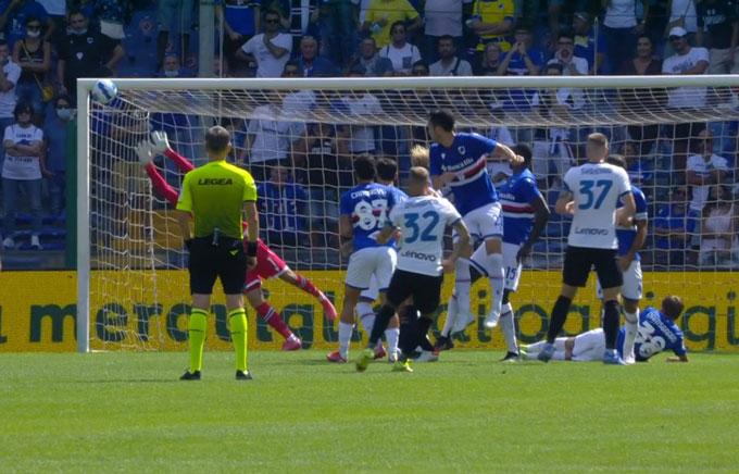 Cú đá phạt thành bàn đẹp mắt của Dimarco