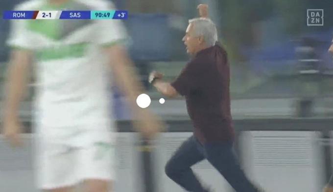 Mourinho chạy đi ăn mừng với các học trò