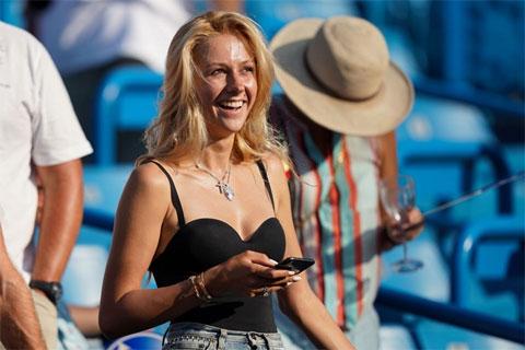 Trong cuộc trả lời phỏng vấn với Essentially Sports năm 2019, tay vợt Nga tiết lộ rằng, anh được vợ chăm sóc chu đáo mỗi khi thi đấu và Daria Medvedeva chính là một cố vấn tuyệt vời