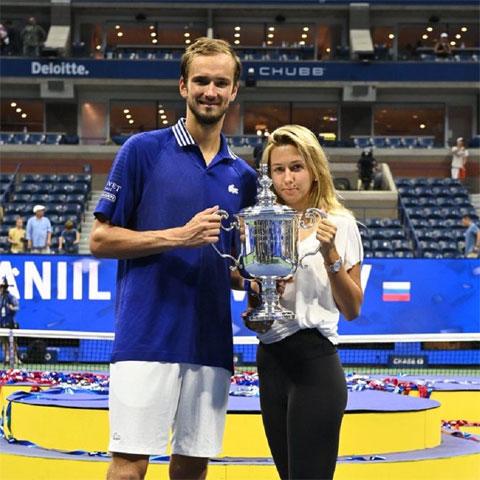 Sau khi dành lời tán dương Djokovic và cảm ơn khán giả xem trận chung kết US Open 2021, Daniil Medvedev khiến mọi người bật cười khi thú nhận rằng, anh buộc phải thắng Djokovic vì chưa mua quà kỷ niệm 3 năm ngày cưới cho bà xã Daria Medvedeva