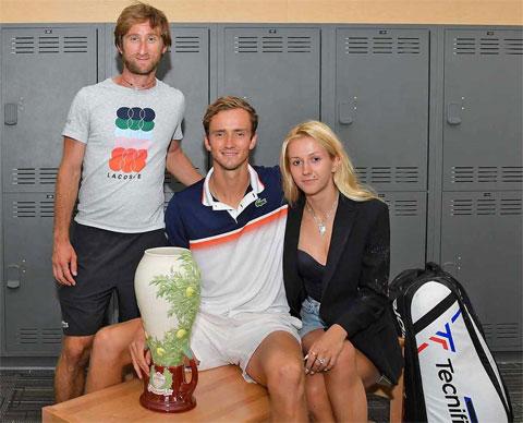 Bên cạnh HLV người Pháp Gilles Cervara, cô vợ Daria Medvedeva cũng là người đồng hành, giúp đỡ Daniil Medvedev rất nhiều để có được thành công như hiện tại