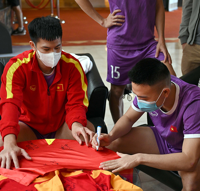 Tuyển thủ futsal Việt Nam ký lên áo tặng các CĐV
