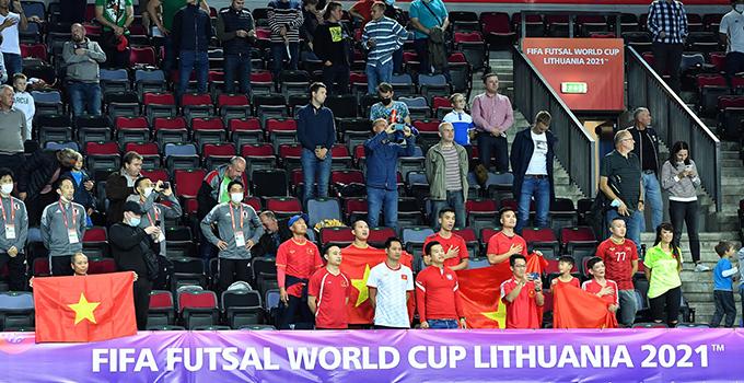 Các CĐV cổ vũ cho ĐT futsal Việt Nam khi gặp Brazil