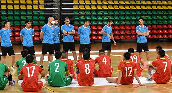BHL họp rút kinh nghiệm cho các cầu thủ sau trận đấu với ĐT futsal Brazil