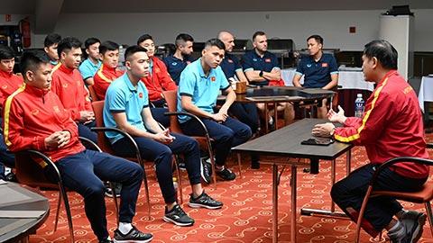Trưởng đoàn Trần Anh Tú động viên cầu thủ futsal Việt Nam trước trận gặp futsal Panama