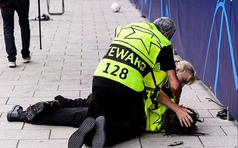 Một nữ nhân viên của sân bị đau sau cú sút của Ronaldo