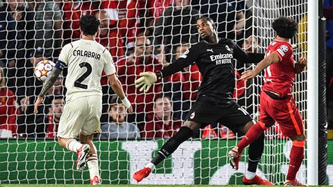 Maignan (áo đen) đã thực hiện 6 pha cứu thua cho Milan tại Anfield
