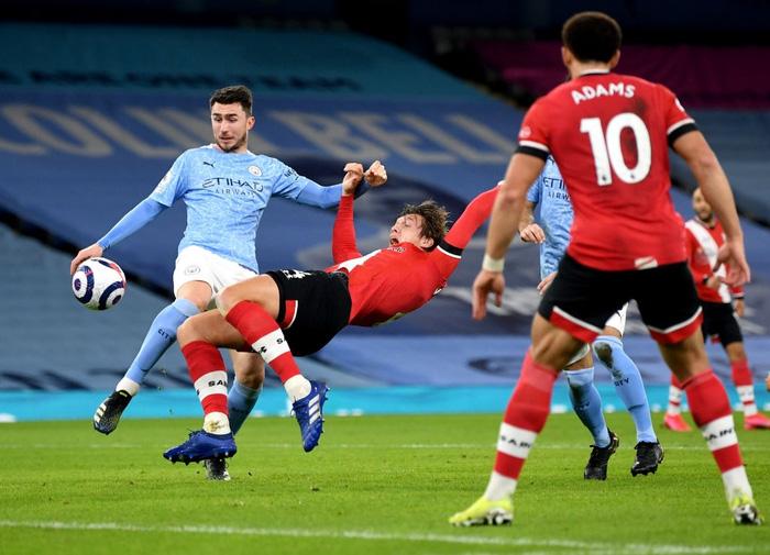 Southampton (áo đỏ) sẽ gục ngã trước Man City?