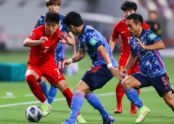 ĐT Trung Quốc (áo đỏ) đang chuẩn bị ráo riết gặp ĐT Việt Nam