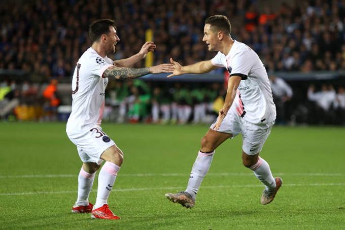 Messi ăn mừng với Ander Herrera trong bàn mở tỷ số ở trận Club Brugge vs PSG