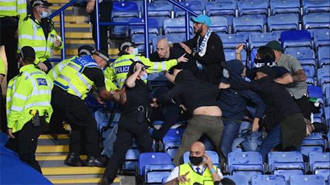 Hỗn chiến trên khán đài trận Leicester vs Napoli