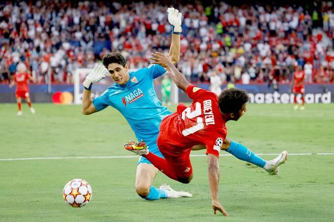 """Hàng thủ Sevilla """"phát hoảng"""" khi đối đầu tài năng trẻ Adeyemi"""
