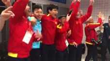 """ĐT Futsal Việt Nam """"quẩy"""" tưng bừng trong phòng thay đồ sau khi vào vòng 1/8"""