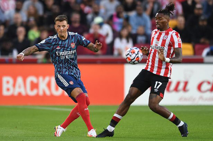 Ben White (trái) là tội đồ của Arsenal ở trận thua Brentford