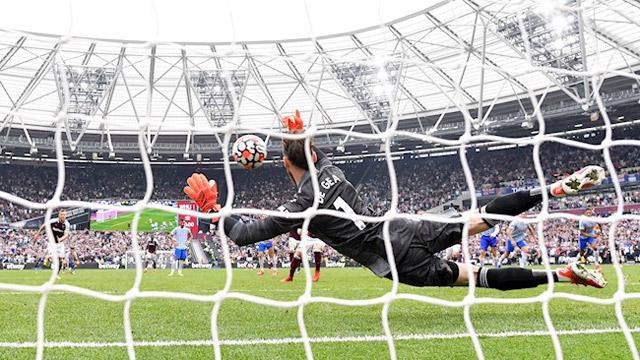 De Gea xuất thần cản phá thành công quả phạt 11m ở những giây cuối trận thắng West Ham 2-1.