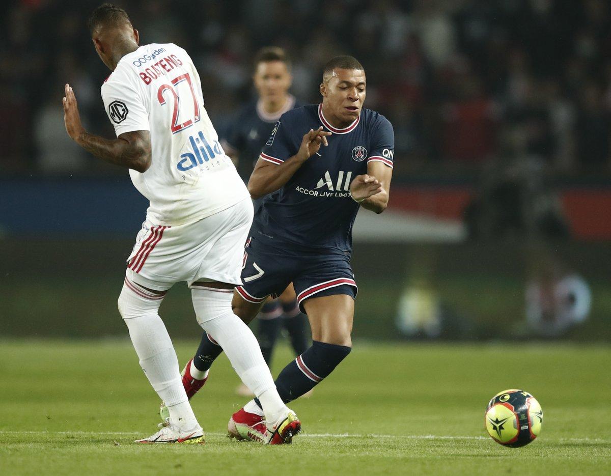 Mbappe (áo sẫm) đã có quả tạt chính xác để Icardi ghi bàn trong trận PSG thắng Lyon 2-1