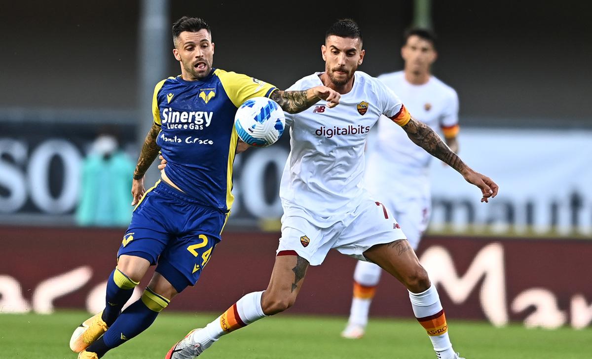 Roma (áo trắng) vừa nhận thất bại đầu tiên dưới thời HLV Mourinho