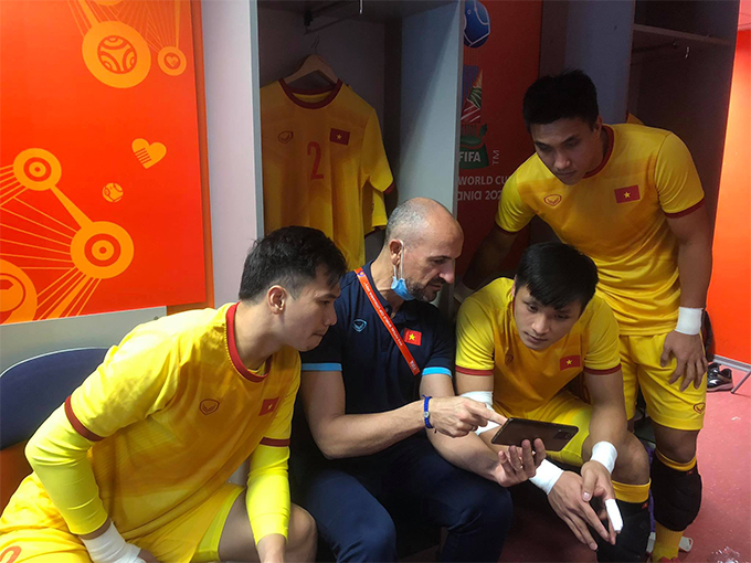 Các thủ môn xem lại băng hình ĐT futsal Nga