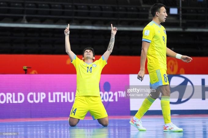 Niềm vui của tuyển thủ Kazakhstan khi ghi bàn cho đội nhà