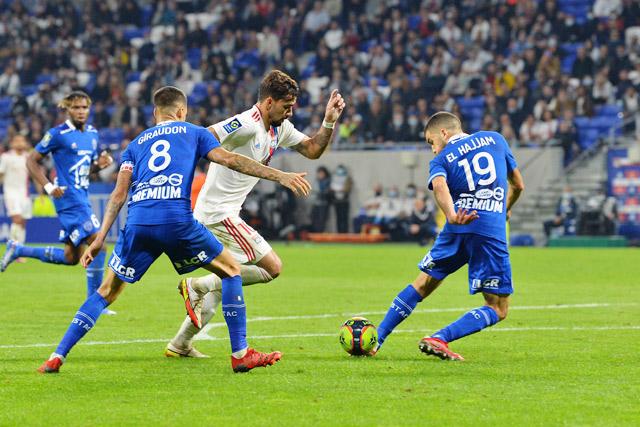 Paqueta trong một pha bóng ở trận Lyon gặp Troyes