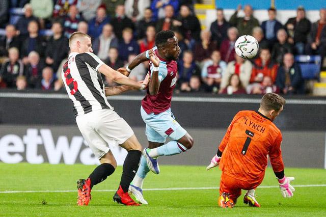 Cornet (giữa) đã chơi rất ấn tượng trong màn ra mắt Burnley
