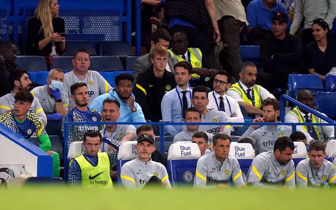 Chilwell ngồi dự bị (cạnh HLV Tuchel) ở trận gặp Aston Villa tại vòng 4 Ngoại hạng Anh