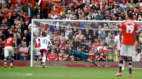 Trái bóng bay quá cao so với khung thành của Aston Villa
