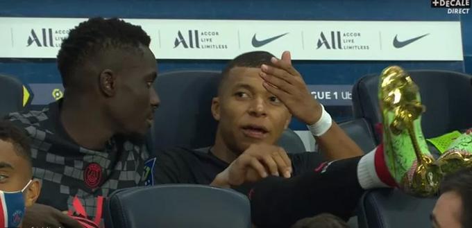 Mbappe phàn nàn với Gueye trên ghế dự bị về việc không được Neymar chuyền bóng