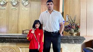 Nữ tuyển thủ Hoàng Quỳnh choáng váng khi đứng bên'người khổng lồ' cao 2m2
