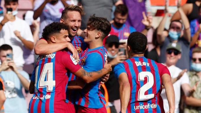Dest kiến tạo cho Luuk de Jong ghi bàn thắng thứ 2 cho Barcelona
