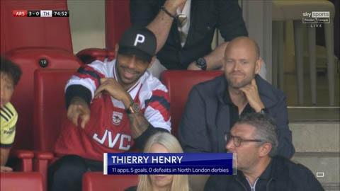 Henry ngồi cạnh ai khi xem trận Arsenal vs Tottenham?