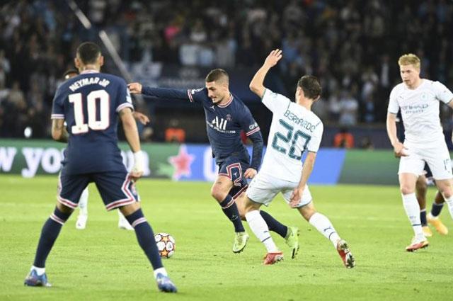 Verratti (giữa) thoát pressing tài tình giữa vòng vây cầu thủ Man City