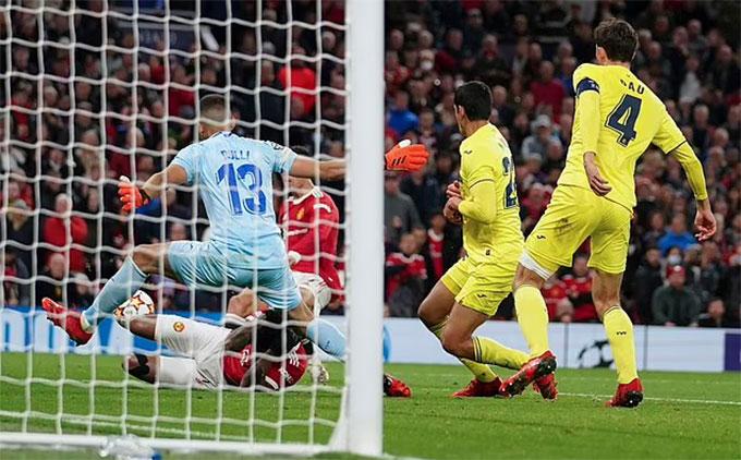 Cú đá của Ronaldo đưa bóng chạm tay thủ môn Villarreal trước khi đi vào lưới