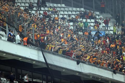 Sự cuồng nhiệt khắp các khán đài sân Turk Telekom