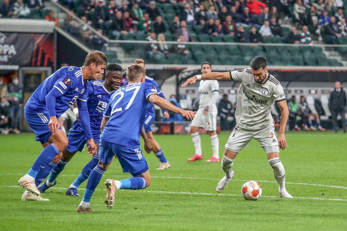 Leicester City (áo xanh) bất ngờ để thua 0-1 trước Legia Warsaw