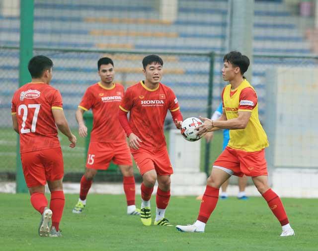 Ngọc Hải và đồng đội nỗ lực tập luyện trước trận gặp Trung Quốc - Ảnh: Đức Cường