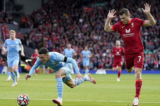 Pha bóng Milner va chạm với Foden trong vòng cấm ở hiệp 1