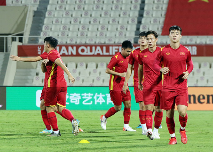 Duy Mạnh cùng đồng đội tập luyện trên sân chính ở Sharjah - Ảnh: VFF