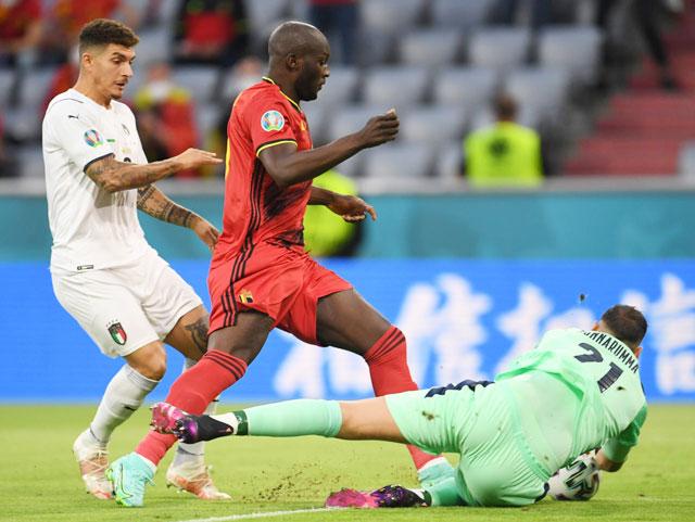 Cái duyên ghi bàn của Lukaku (áo đỏ) trước thủ môn Donnarumma (nằm) sẽ giúp Bỉ vượt qua Italia.
