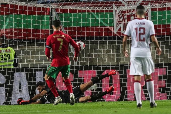 Cristiano Ronaldo ghi bàn mở tỷ số