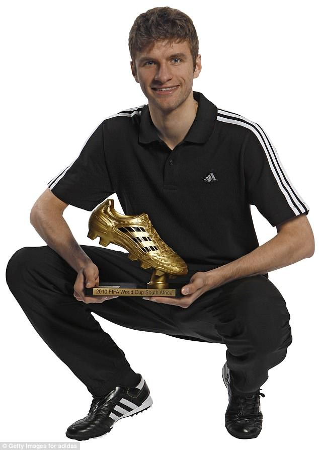 Chỉ 1 năm sau, anh đã cùng ĐT Đức tham dự World Cup 2010 và đoạt danh hiệu Chiếc Giày Vàng