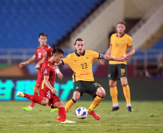 Văn Đức nỗ lực đi bóng và dứt điểm trong trận gặp Australia - Ảnh: ĐỨC CƯỜNG